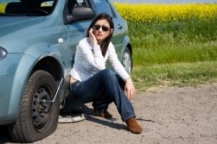 Autopanne Anruf junge Frau